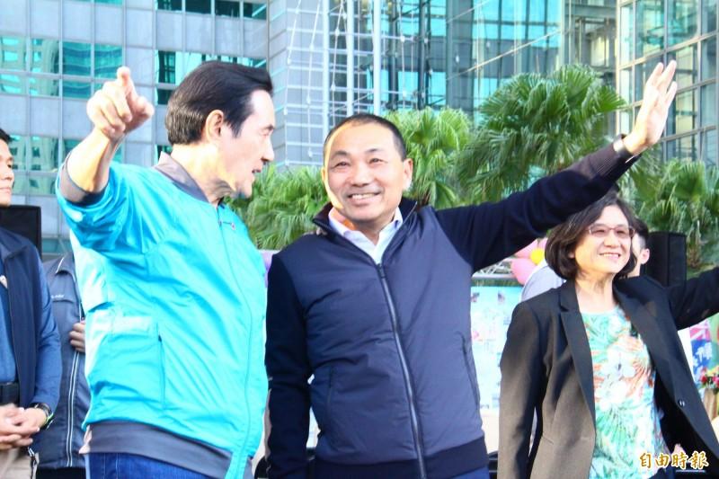 新北市長侯友宜(右)今天與前總統馬英九(左)同台出席活動。(記者邱書昱攝)