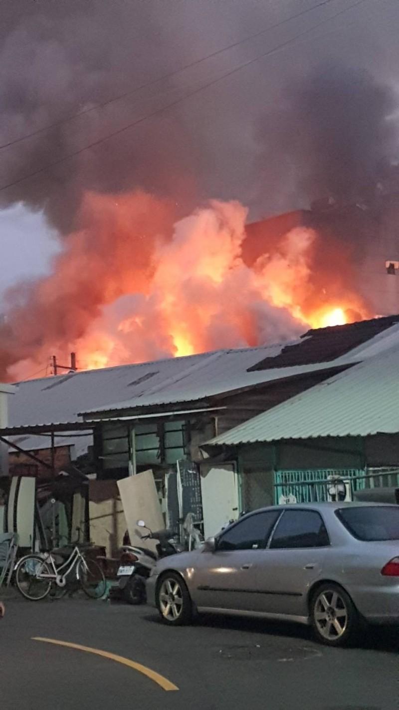 嘉市友忠路827巷今天傍晚5時許發生大火。(記者丁偉杰翻攝)