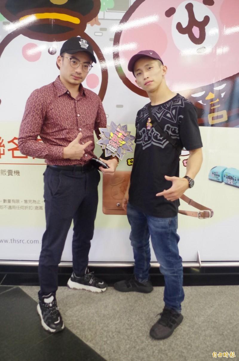 Monkey King黃政嘉(右)表示,未來將專注於比賽、舞蹈,希望更上層樓雪恥;築夢者團者田晉瑜(左)這次拿下雙人組冠軍。(記者王善嬿攝)