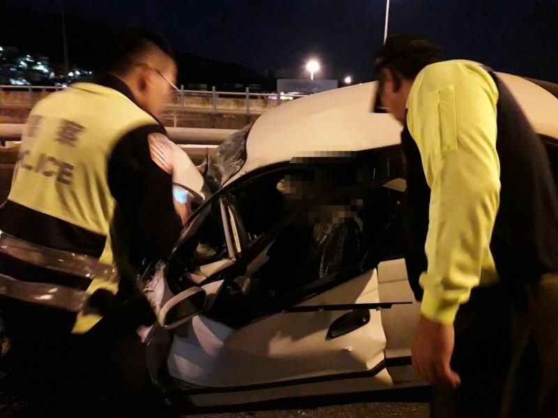 轎車駕駛受困車內,警消緊急拿破壞器材協助救援(記者吳昇儒翻攝)