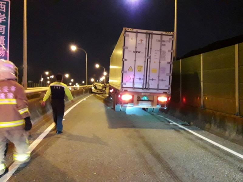 轎車逆向上引道,撞上準備下港區的聯結車(記者吳昇儒翻攝)