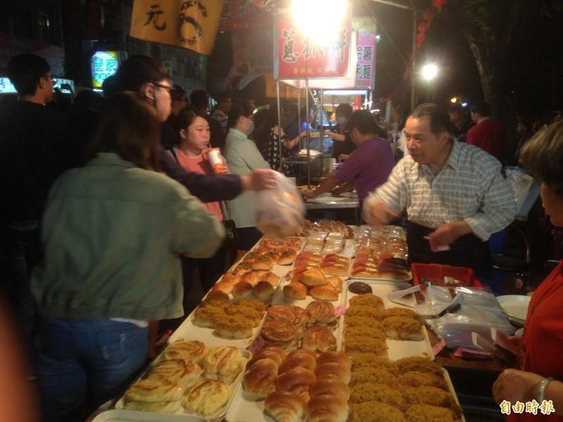 一德夜市昨晚最後一夜,夜市麵包熱銷。(記者黃旭磊攝)