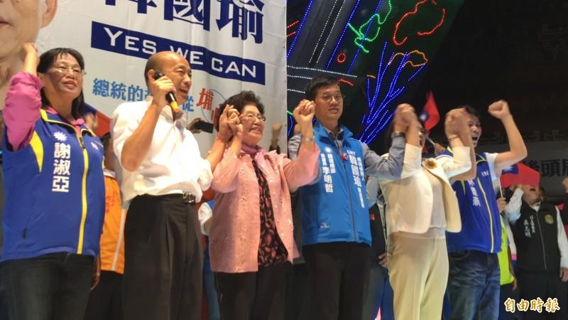 國民黨總統參選人韓國瑜(左二)今晚回雲林西螺,參加後頭厝後援會成立大會,岳母程月昭(左三)上台緊牽韓國瑜的手向鄉親懇託。(記者黃淑莉攝)