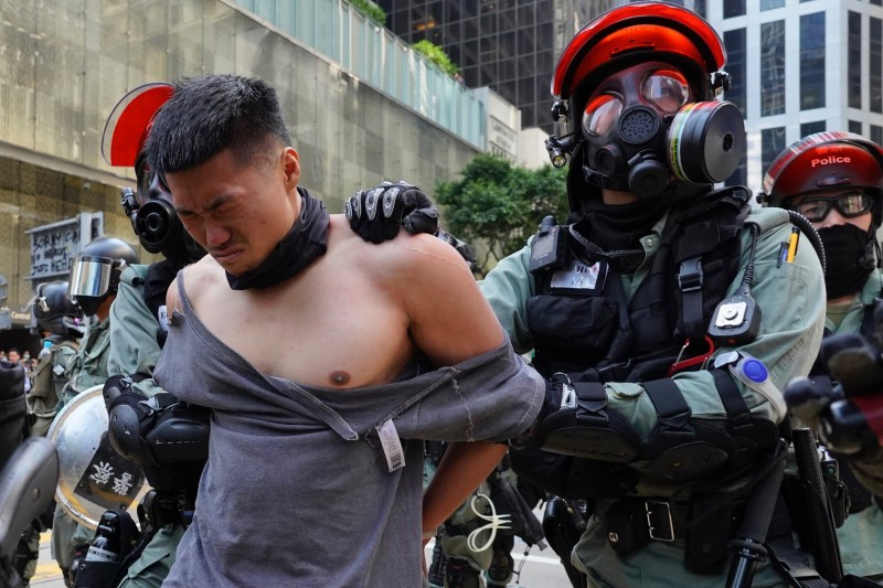香港人今日發起「大三罷」,早上開始癱瘓道路交通,各區爆發警民衝突,警以催淚彈強制驅離。(美聯社)