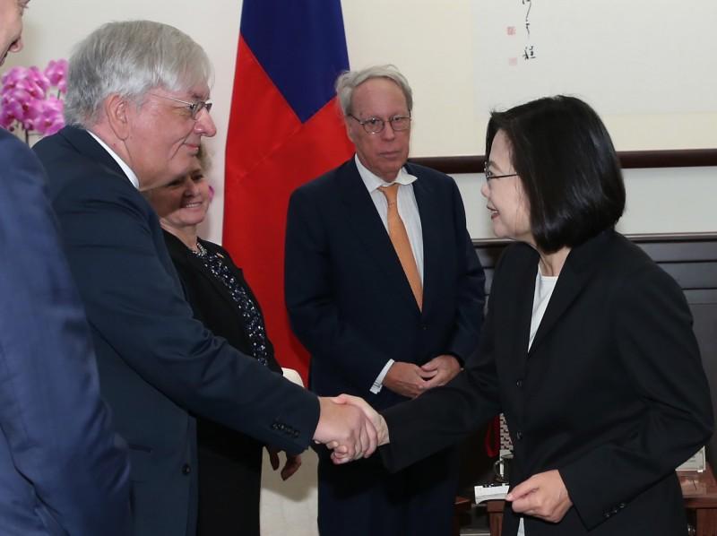 總統蔡英文(右)11日上午在總統府接見美國外交政策全國委員會訪問團,訪團成員包括前美國在台協會主席薄瑞光(Raymond Burghardt)(右2)等人。(中央社)