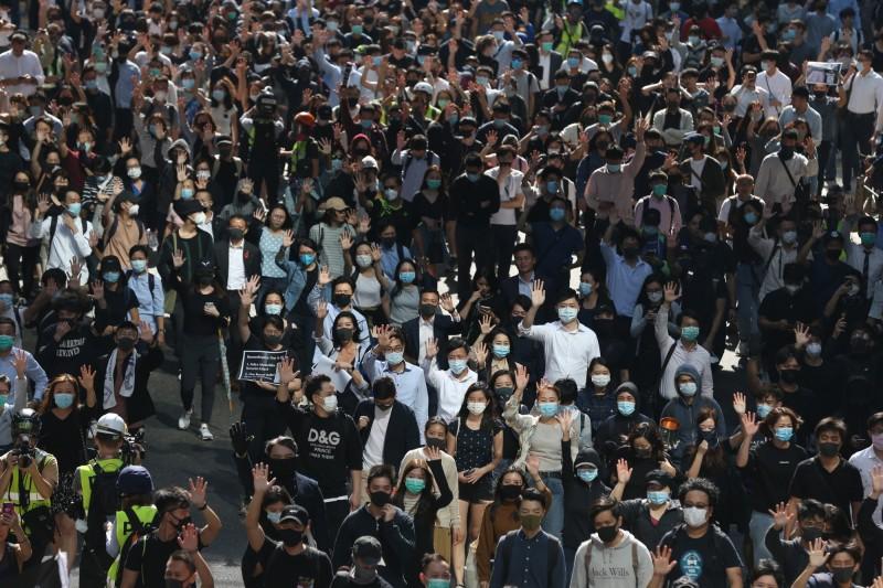 抗議民眾比出五大訴求的手勢。(歐新社)