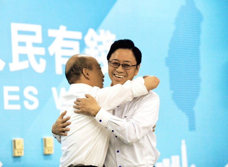 Kaohsiung Mayor Han Kuo-yu embraces former premier Simon Chang at a news conference in Kaohsiung yesterday. Photo: CNA