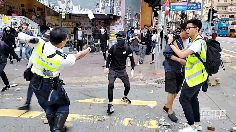 香港今(11)日發起「大三罷」(罷工、罷市、罷課),西灣河交警在處理群眾「堵路」現場時朝現場示威群眾開槍,造成兩名男子流血倒地,兩名男子被送往東區醫院治療,其中一名傳出情況危急。(路透)