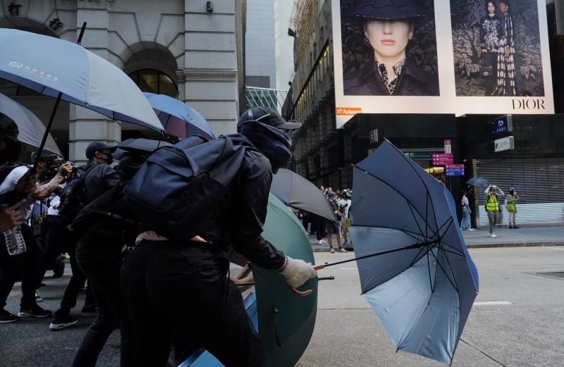 示威者組成傘陣對抗警方推進。(美聯社)