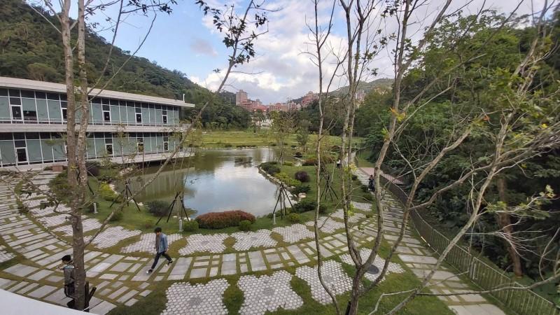 達賢圖書館戶外環境優美,卻曾是毒蛇的家。(即時新聞攝)