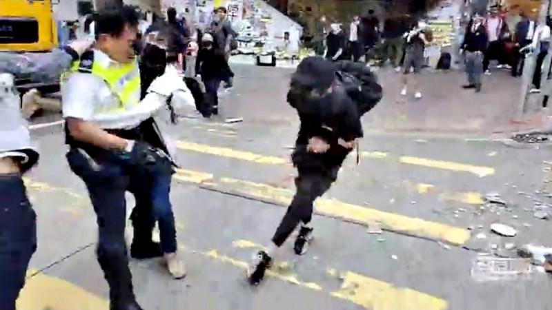 交警便朝男子胸腹部近距離開槍。(路透)