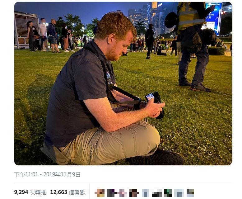 德國獨立戰地記者倫澤表示,比起恐怖組織伊斯蘭國,港警不可預料的行為更令他感到害怕。(圖取自推特@ennolenze)