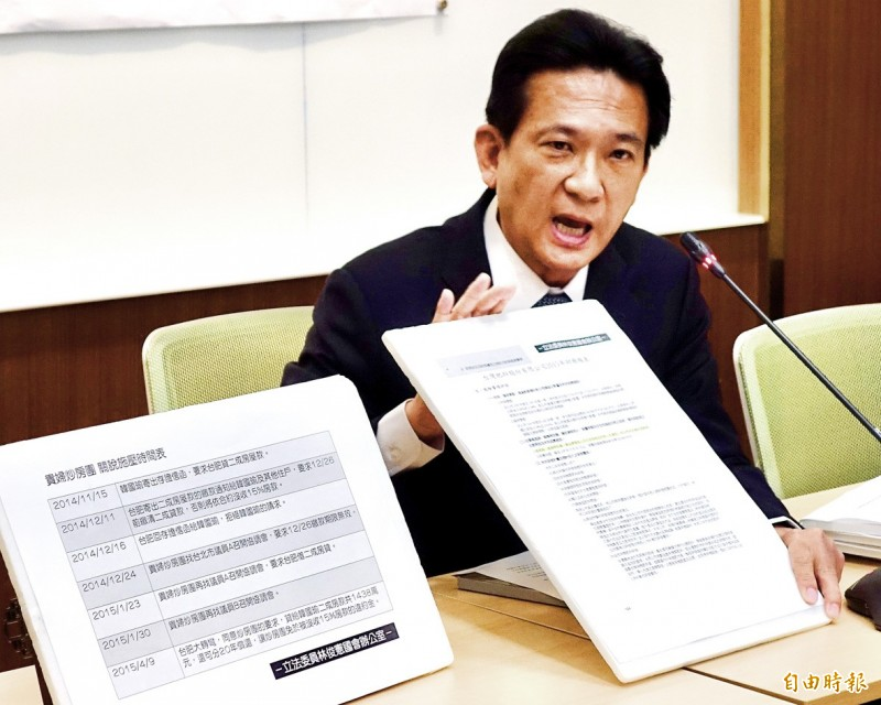 Democratic Progressive Party Legislator Lin Chun-hsien at a news conference at the Legislative Yuan in Taipei yesterday holds a document related to Kaohsiung Mayor Han Kuo-yu's purchase of a home. Photo: Chien Jung-fong, Taipei Times