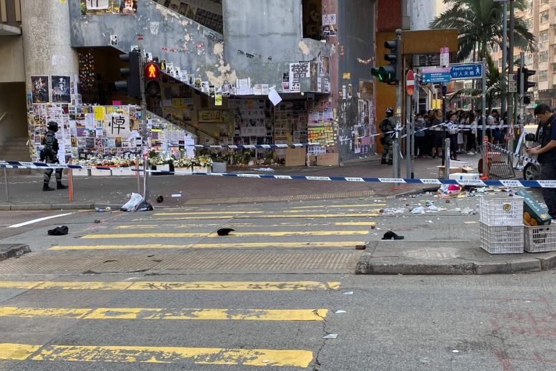 西灣河港警朝群眾連開3槍,造成兩名男子倒地,現場血跡斑斑,槍擊影片已曝光。圖為西灣河槍擊事件現場。(法新社)