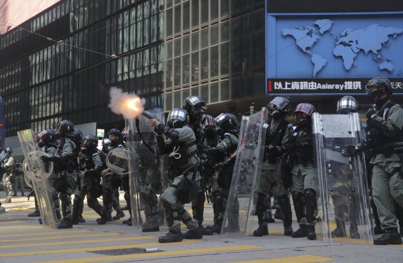 警方發射催淚彈驅散群眾。(美聯社)