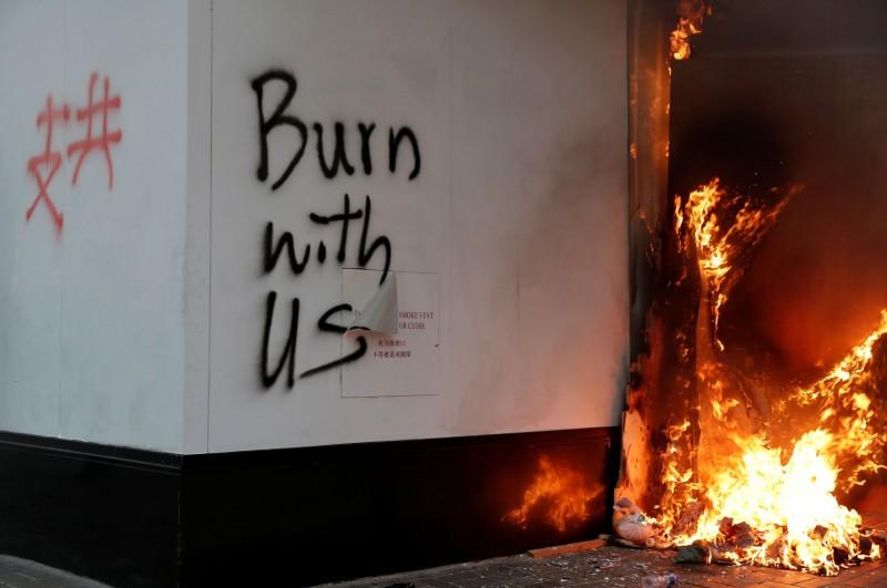 有人在中國銀行(香港)分行外縱火。(路透)