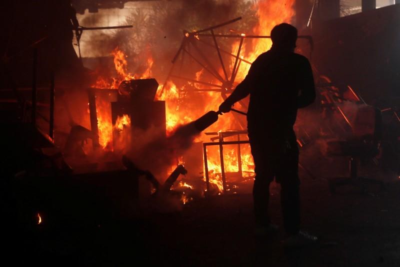 香港理工大學內起火,消防員到場滅火。(路透)