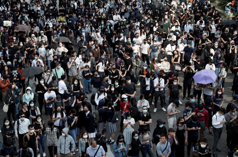 大批群眾在中環一帶聚集。(路透)