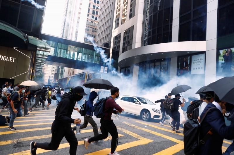 警方向示威群眾發射催淚彈。(路透)