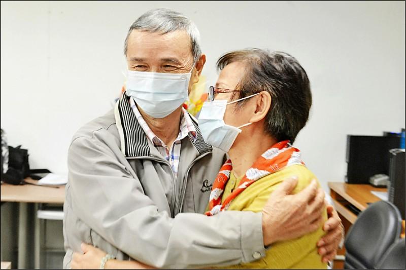 廖先生感動地抱著廖太太。(台北慈濟醫院提供)
