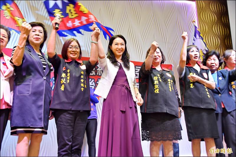 李佳芬昨參加韓國瑜屏東縣婦女後援會成立大會,李佳芬致詞時抨擊校園教小學生「肛交」「高潮」,讓媽媽不安心。(記者葉永騫攝)
