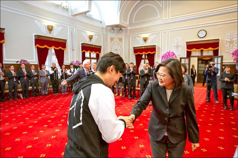 蔡英文總統(右)昨在總統府接見2019年DEF CON CTF駭客大賽亞軍隊伍,恭喜HITCON及BFKinesiS兩隊戰隊夥伴,替台灣拿下傲人成績,讓台灣被世界看到。(取自總統府官網)