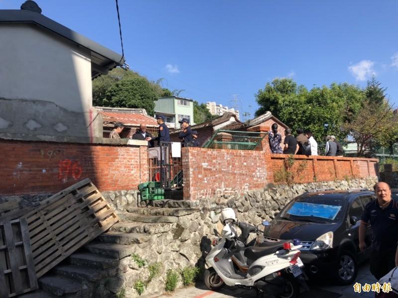 警方到場協助強制拆除作業。(記者王冠仁攝)