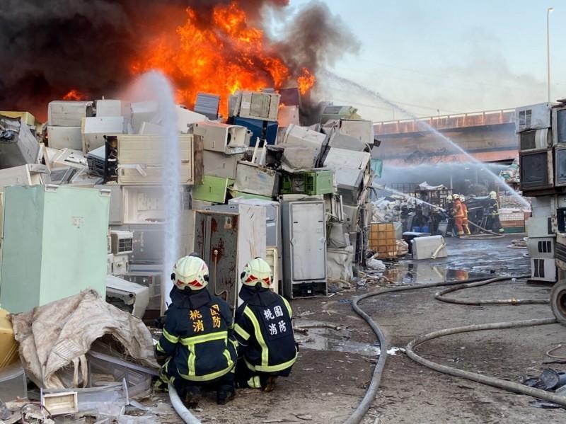 國一林口交流道旁資收場火警,大火竄燒8小時還在燒。(記者鄭淑婷翻攝)