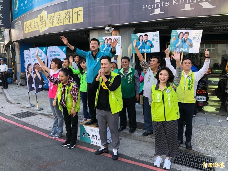 民進黨立委余天,今天一早偕妻子李亞萍和兒女余筱萍、余祥銓在台北橋頭拜票,黨籍市議員也出動幫忙。(記者陳心瑜攝)