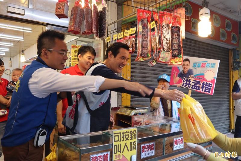 馬英九今早扮演一日店長叫賣。(記者周湘芸攝)