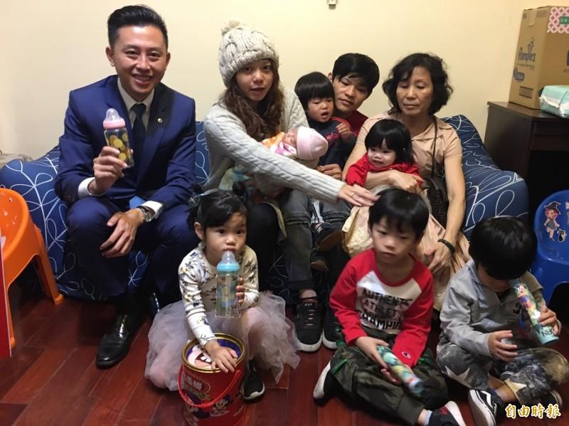 新竹市一對32歲年輕爸媽,7年多生了6子女,第6胎10月剛出生,市長林智堅前往祝賀,被滿屋子孩子包圍,直說屋子充滿孩子的笑聲,感受到家庭滿滿的幸福。(記者洪美秀攝)