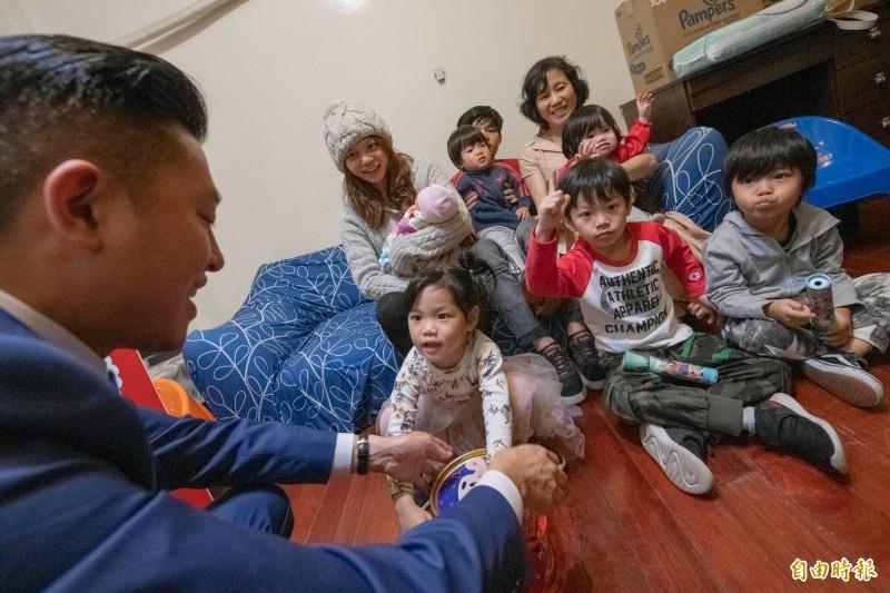 市長林智堅前往祝賀,被滿屋子孩子包圍,直說屋子充滿孩子的笑聲,感受到家庭滿滿的幸福。(記者洪美秀攝)