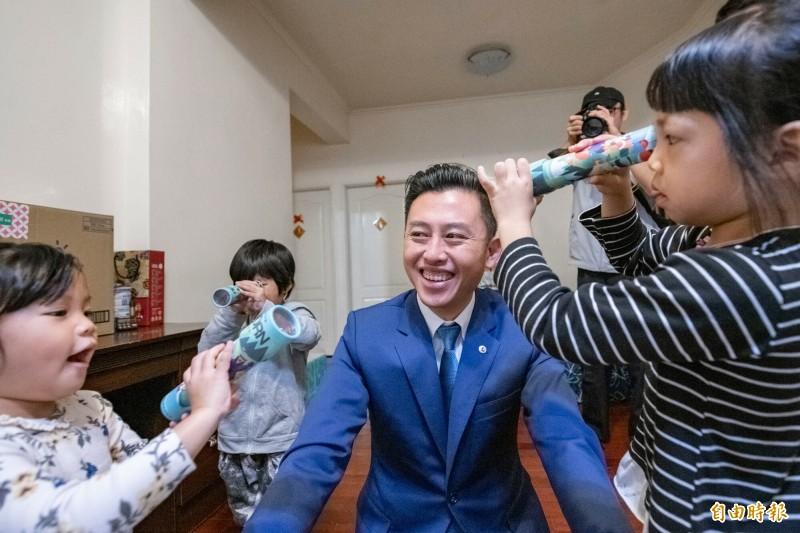 市長林智堅前往祝賀,直說屋子充滿孩子的笑聲,感受到家庭滿滿的幸福。(記者洪美秀攝)