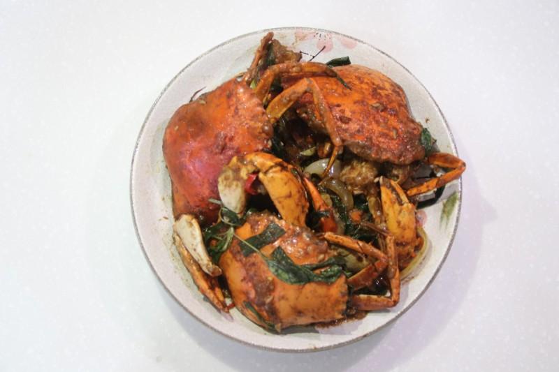 秋季是大啖螃蟹的時節,醫師提醒,誤食蟹殼恐造成咽喉食道刮傷、出血或阻塞。(輔大醫院提供)