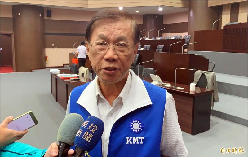 縣長林明溱宣布今年國中會考成績最後1名學校,該校校長調教育處磨練。(記者陳鳳麗攝)