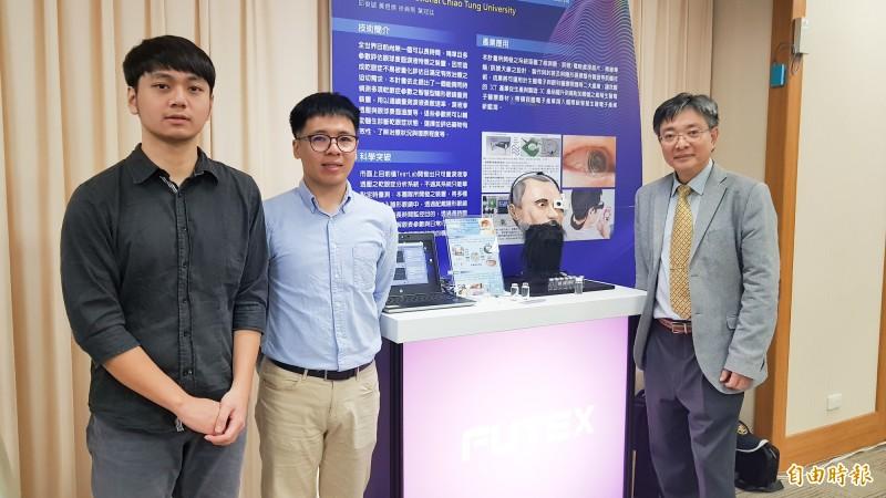 台灣交通大學電機工程學系教授邱俊誠(右一)團隊,成功在隱形眼睛裝上感測器,不但醫療用途可以協助診斷乾眼症,將來可望結合AR開發遊戲。(記者簡惠茹攝)