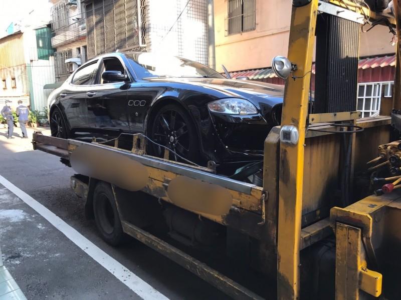 桃園市大溪區一名男子6日發現停在路邊的瑪莎拉蒂跑車不見了,新竹縣警方今天凌晨持搜索票進入某民宅內,發現該輛失竊的瑪莎拉蒂。 (記者廖雪茹翻攝)