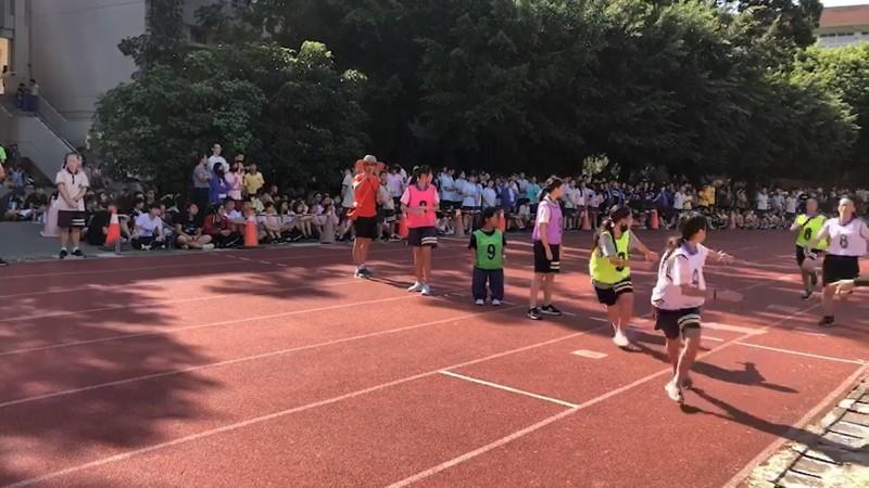身高僅117公分的何家蓉挑戰第一次接力賽,小小身影在賽事中超醒目。(圖:忠明提供)