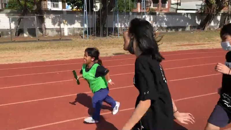 身高僅117公分的何家蓉挑戰生平第一次接力賽,同學陪跑說「輸得很讚」。(圖:忠明提供)