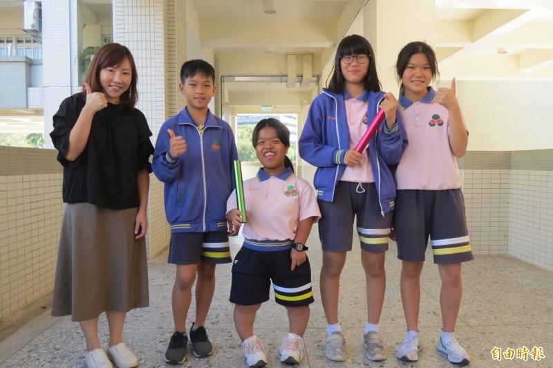 幫身高僅117公分的何家蓉挑戰第一次大隊接力,成倒數第2名,同學卻說「輸得很讚」。(記者蘇孟娟攝)