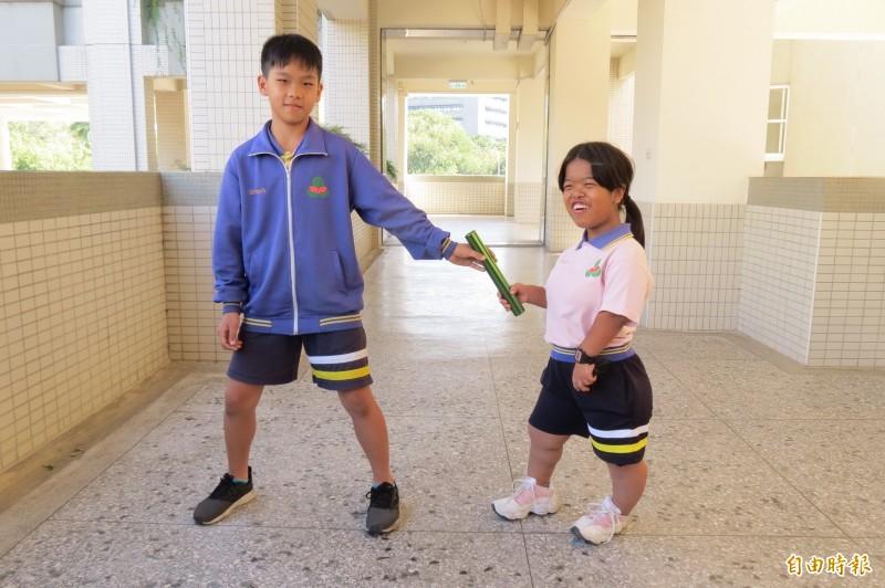 何家蓉與同學有近40公分身高差,順利交棒完賽。(記者蘇孟娟攝)