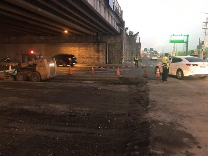 台南永康大灣交流道涵洞下今傍晚開始路面整修,交通一度因下班車潮塞爆,所幸警方趕緊派員前往交管。(記者萬于甄翻攝)