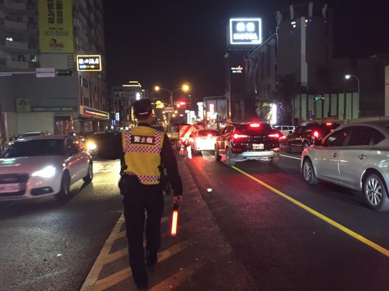 台南永康近期許多道路都在進行路面整修,原價除忙著協助交管,也呼籲用路人可提早改道。(記者萬于甄翻攝)