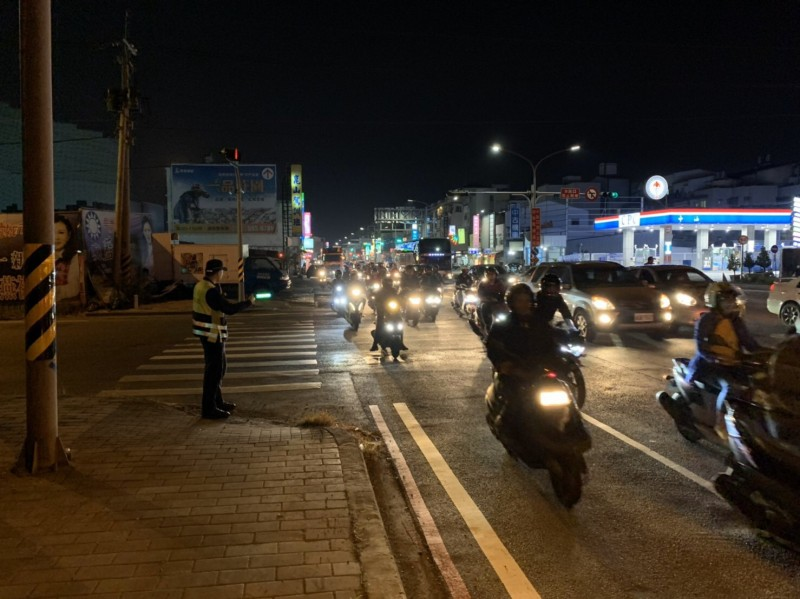 台南永康大灣交流道下涵洞今傍晚開始路面整修,適逢下班車流尖峰,一度讓車潮塞爆,影響行車交通,所幸警方也趕抵現場協助疏導交管。(記者萬于甄翻攝)