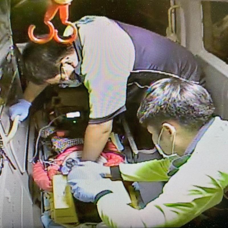 救護人員緊急將女童送醫。(記者蔡彰盛翻攝)