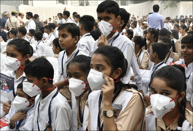 由於印度德里的空氣品質過差,學生全都戴著口罩。(歐新社檔案照)