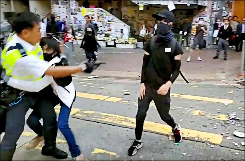 香港民眾11日發起罷工、罷市、罷課的「大三罷」行動,一名在港島西灣河執勤的交通警察,近距離朝一名21歲示威者發射實彈,擊中他的腹部,送醫後緊急動手術切除部分右肝和整個右腎,轉入加護病房,目前情況危殆。(法新社)