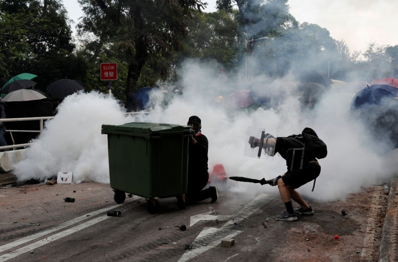 鎮暴警察下午3時衝入中大校園,密集發射催淚彈及橡膠彈,與示威者發生激烈衝突。(路透)