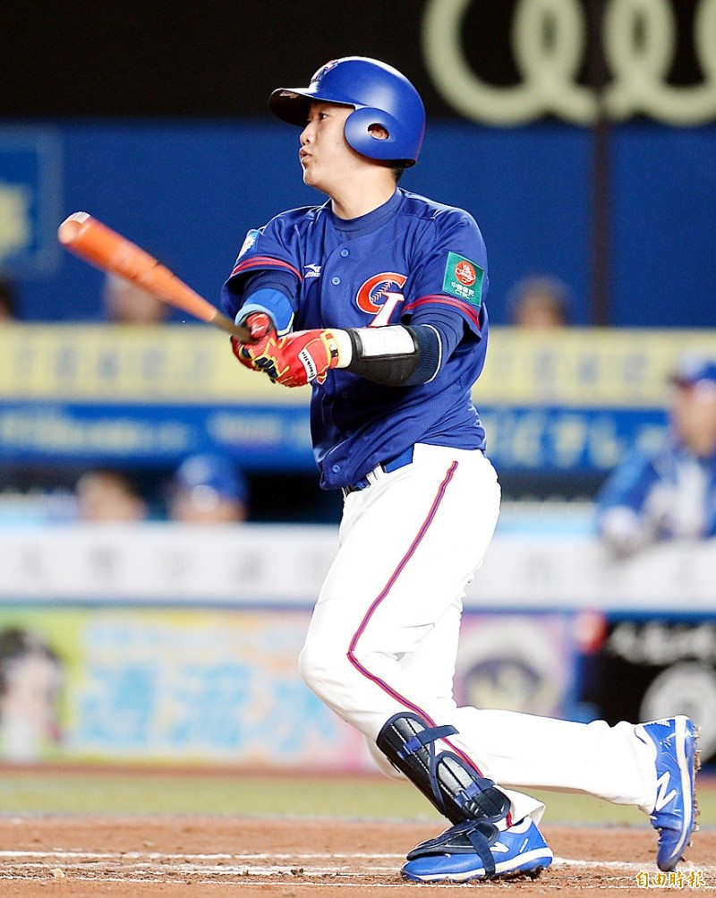Taiwan's Kao Yu-chieh hits against South Korea in their Premier12 Super Round game at Zozo Marine Stadium in Chiba, Japan, yesterday. Photo: Lin Cheng-kung, Taipei Times