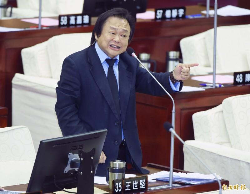 民進黨市議員王世堅質詢台北市長柯文哲。(記者廖振輝攝)